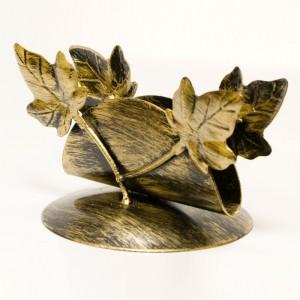 Serwetnik zdobiony gałązkami z liśćmi.